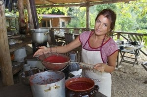 Tomato sauce is prepared at our cooking classes in Italy