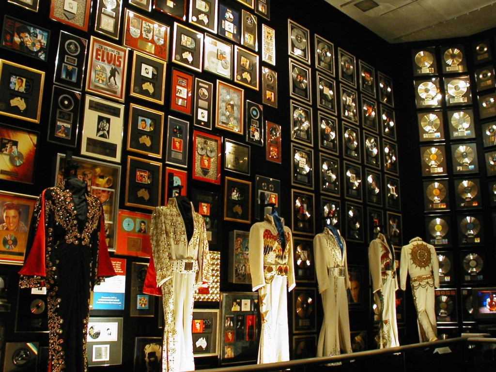 Best places to go in the world Graceland Mansion in Memphis, Tennessee | pic: Pictophile
