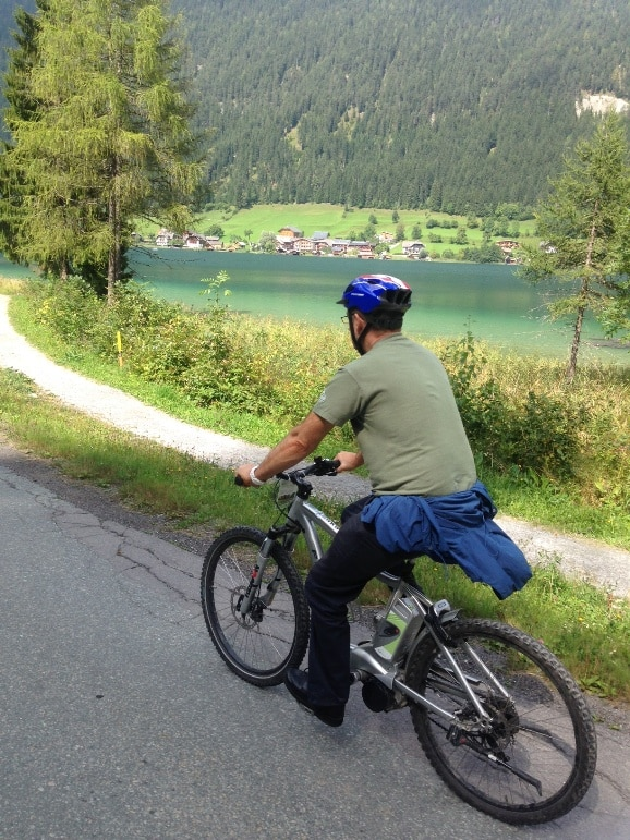 E-biking around the lake enjoying the weather in Austria
