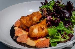 Beignets de morue, houmous, salade de pamplemousse
