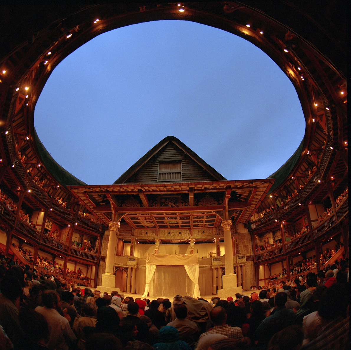Places to visit in London - culture in the east at the Globe Theatre | pic: John Tramper