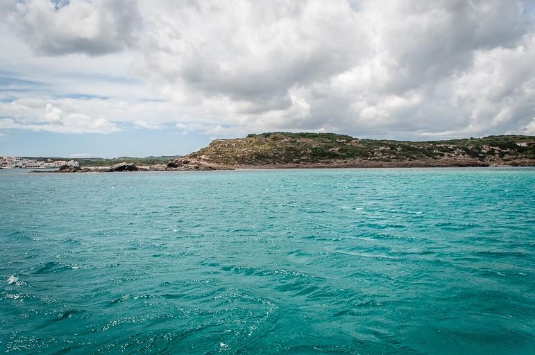 Sailing in Menorca leads us to aquamarine seas