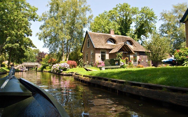 Unusual travel destinations - visit the region of Giethoorn | Pic: piotr llowiecki