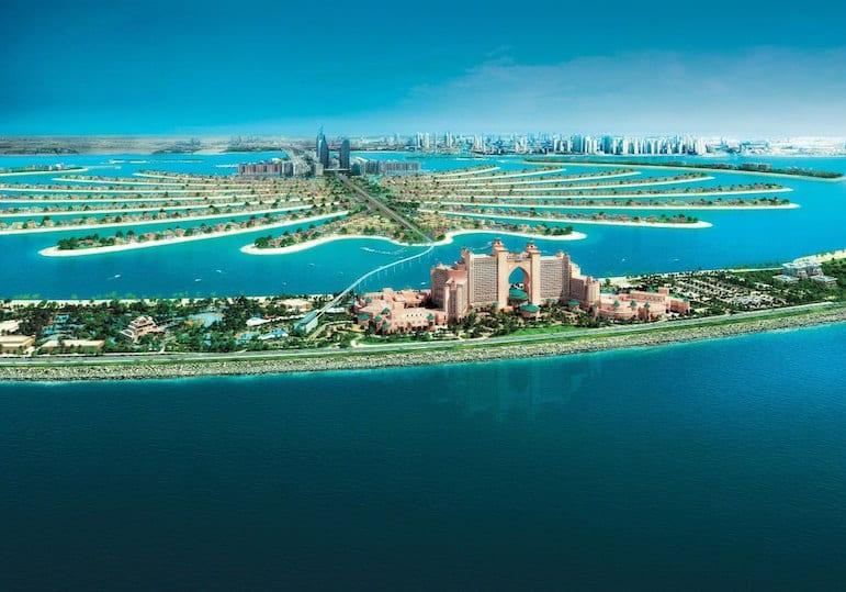 L'Hôtel Atlantis ou Atlantis, the Palm est un hôtel-restaurant de la Palm Jumeirah à Dubaï, aux Émirats arabes unis. Il s'agit d'une collaboration entre Kerzner International Limited et Istithmar PSJC, il fut ouvert le 24 septembre 2008. Cet hôtel est inspiré de Atlantis Paradise Island à Nassau, aux Bahamas.