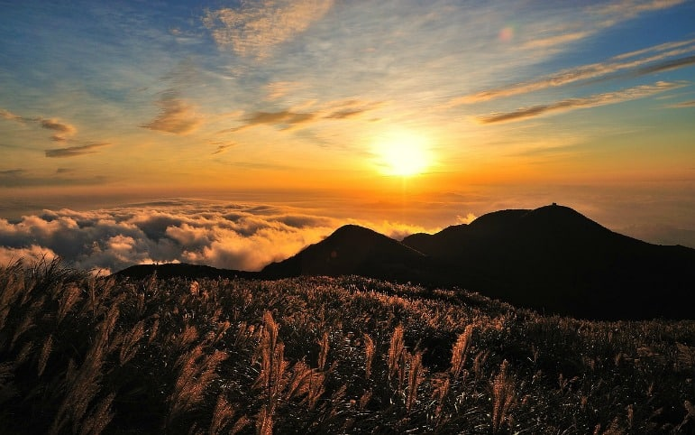 2017 best travel destinations - sunset over taiwan