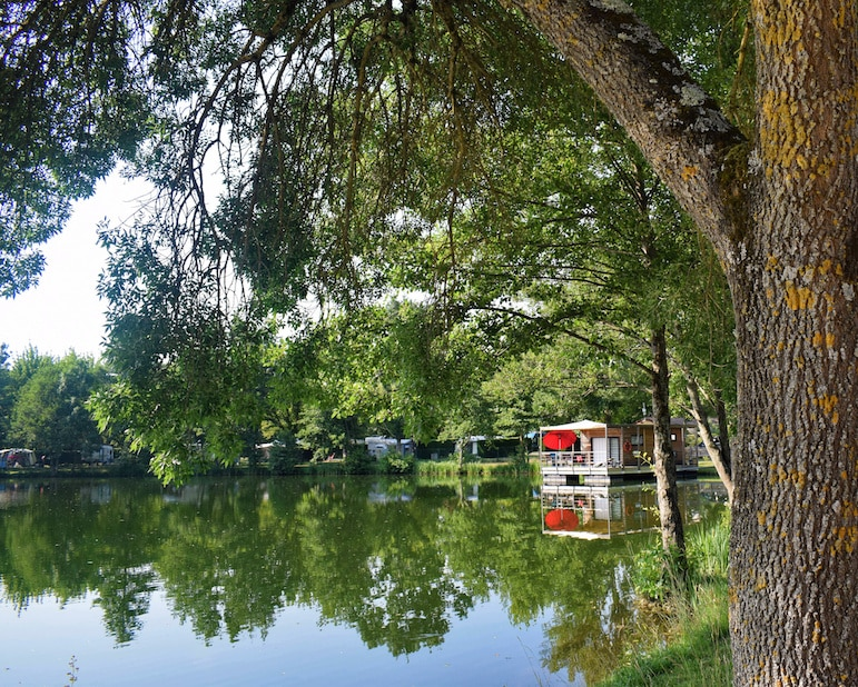 Places to stay in Bordeaux - for the ultimate luxury book the resort's houseboat to wake up to lake views