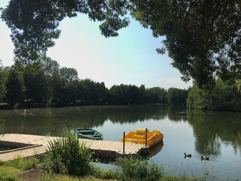 Places to stay in Bordeaux - revel in the serenity of nature out on the lake