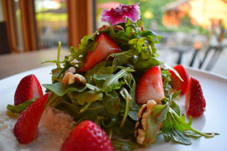 The delectable strawberry and walnut salad at Restö