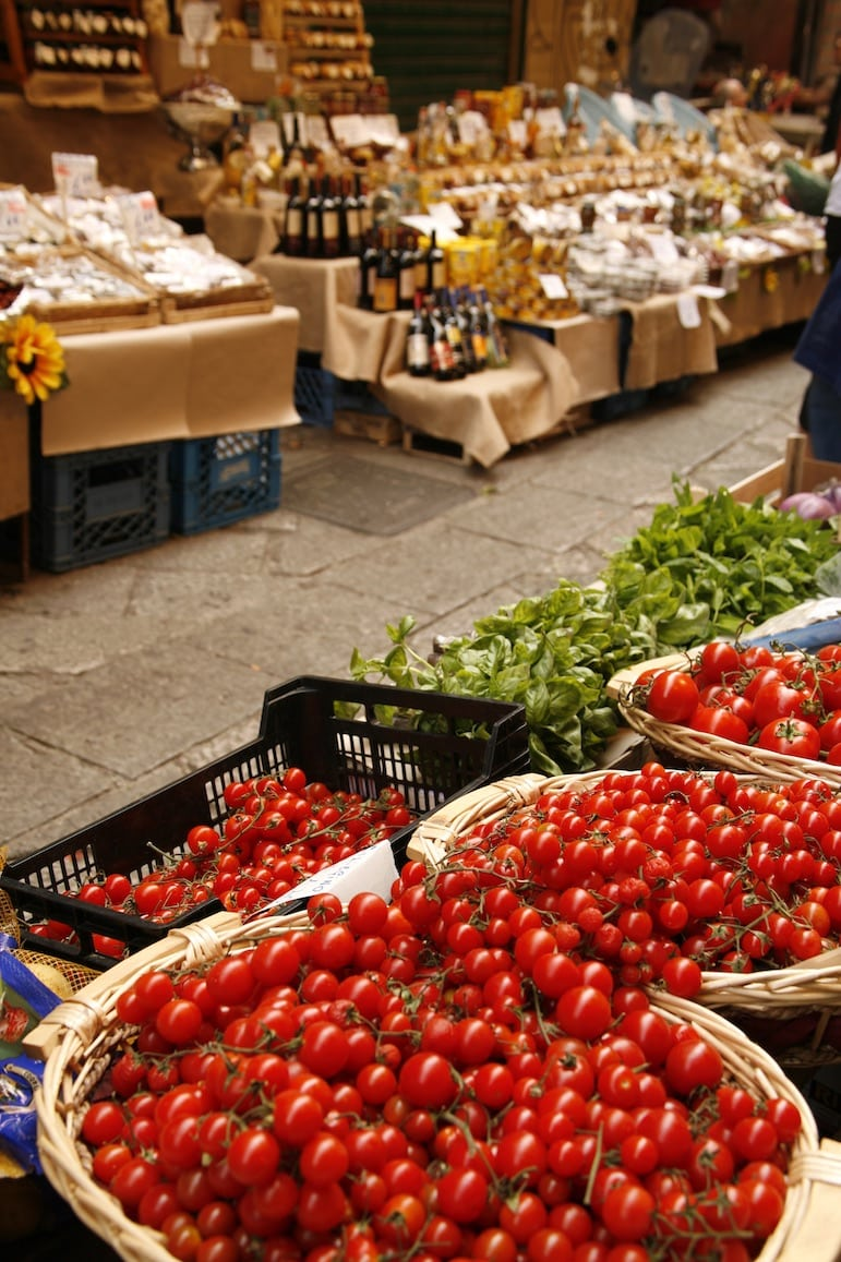 Best places in Sicily, the lively vibes of a Sicilian market