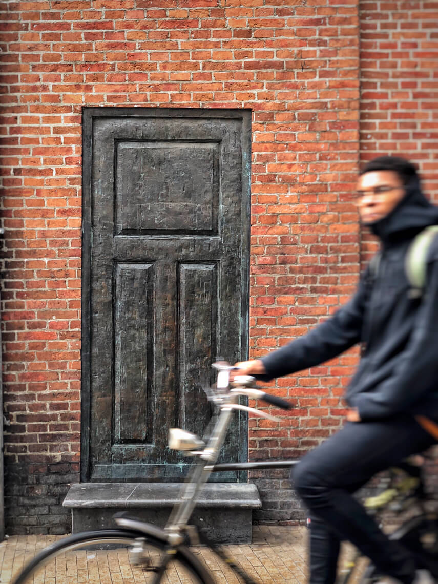 This door in the centre of Groningen symbolises that residents closed their doors on the Jews in the 1940s and also that this chapter of history is now closed